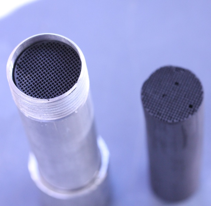Catalyst as cylindrical honeycomb body with and without metal sleeve