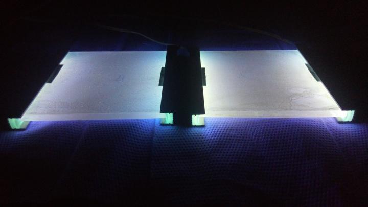 Lichteinkopplung mittels UVA-LEDs in photokatalytisch beschichtete Gläser. Foto: Nikolai Otto