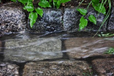 Straßenabfluss bei Regenereignis